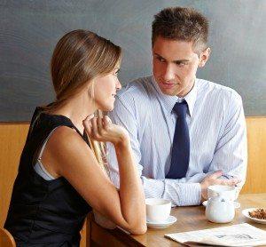 Mann und Frau reden im Café