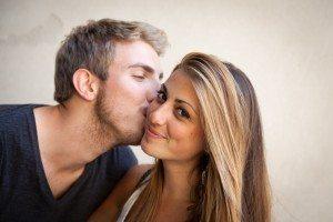 Coppia. Ragazzo bacia la sua ragazza sulla guancia