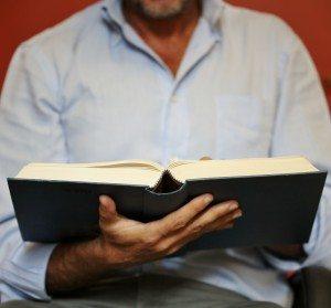 Uomo legge un libro