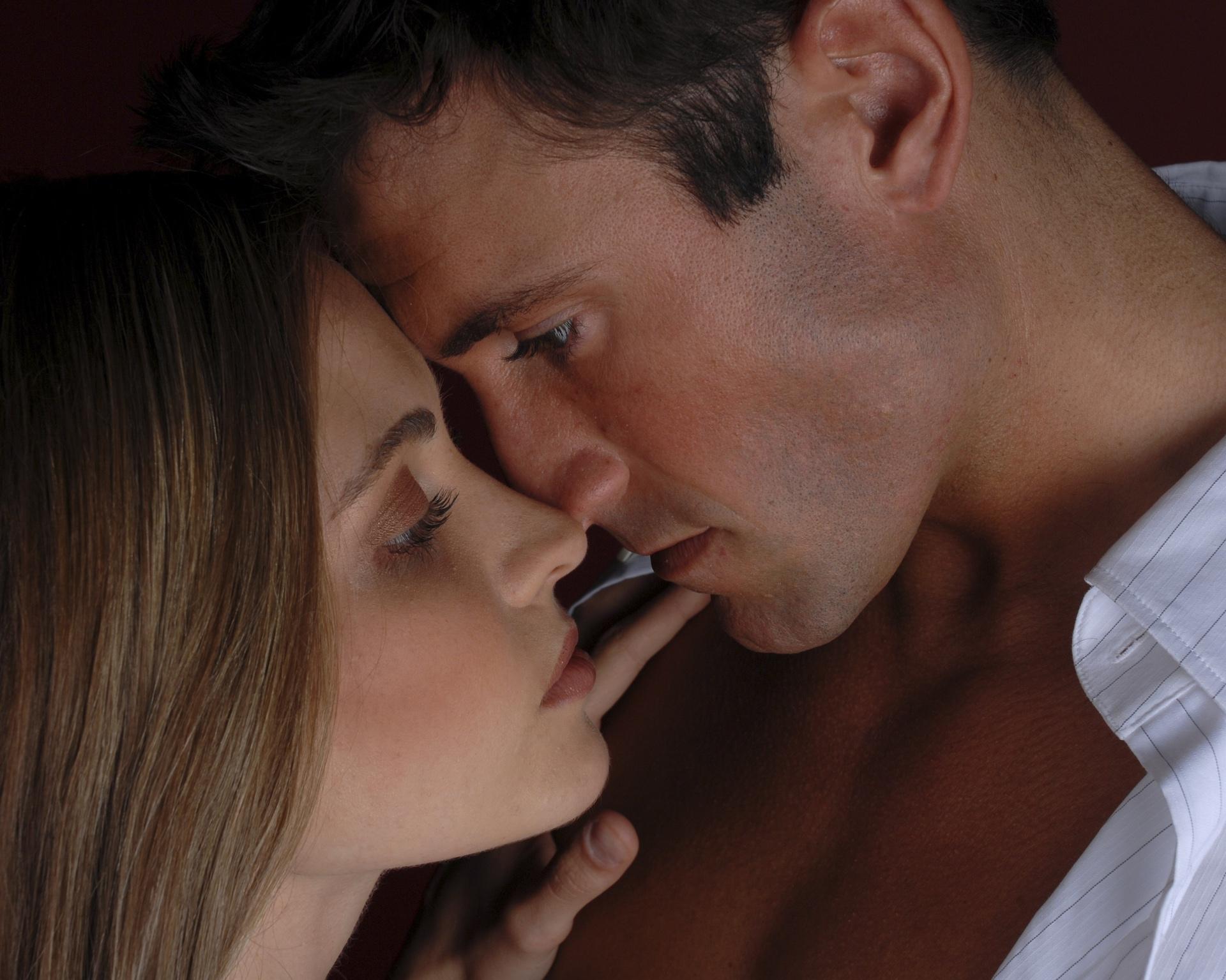 страстный глубокий поцелуй видео присев