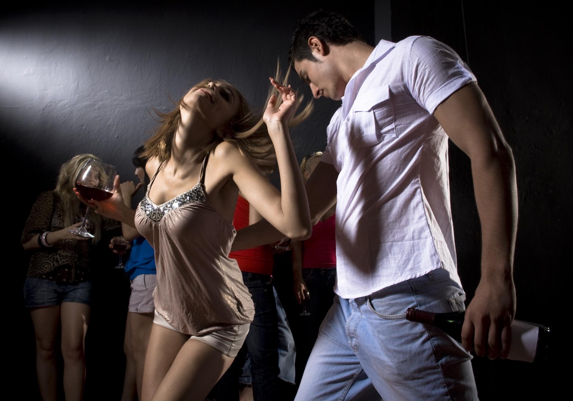 Девушки соблазнили парня в клубе
